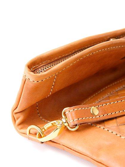 roomIVYのLeatherWovenClutch/ビーチでのリゾートファッションブランド、roomIVY(ルームアイビー)のバッグや。しっとりとしたレザーのクラッチバッグ。程よいサイズにショルダーストラップも付いた便利クラッチです。/main-17