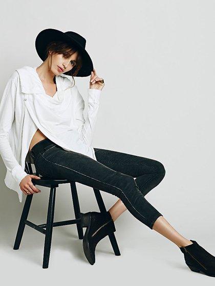 FreePeopleのCordRollerSkinny(Black)/世界中のセレブファッション好きに大人気のFreePeople(フリーピープル)のボトムやパンツ。フリーピープルが得意とするユーズド加工のコーデュロイクロップパンツ。freepeopleのパンツは美脚&美尻で当店でもファンが多いアイテムです。/main-19